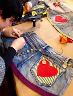 Give your jeans a second life. Upcycling familiar workshop