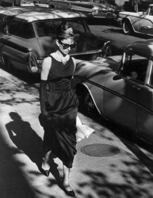 Audrey Hepburn caminant vestida amb un little black dress a Nova York